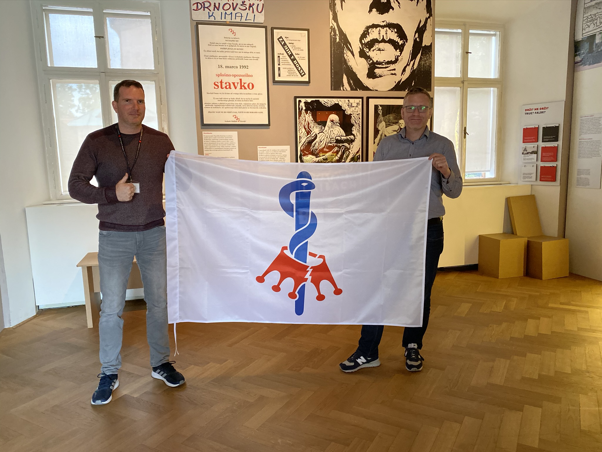 Handing over the prototype flag to the historical collection of the Museum and Galleries of the City of Ljubljana. The picture shows President Aleksander Hribovšek and curator Blaž Vurnik. Photo: Martin Horvat, 18 May 2020.